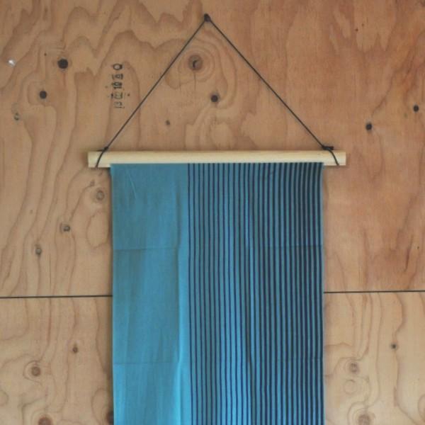 特殊加工した丸棒を上下にくわえこんで使用する手ぬぐい掛け。シンプルな構造ですが、人気の品。