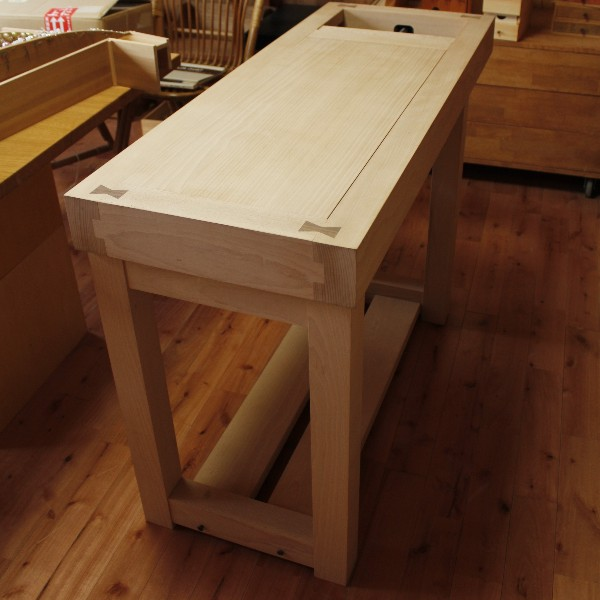万力付きの木工用作業台。<br>どっしりとした木ならではの重量があります。