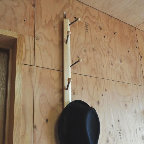 全て木製の帽子掛け。上部にひもが付いているのでフックがあれば簡単に設置できます。